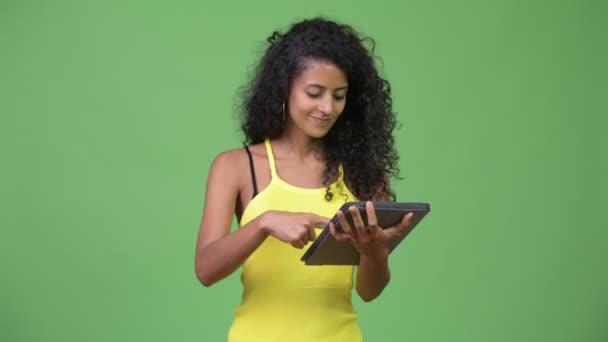 Fiatal gyönyörű spanyol nő segítségével a digitális tábla