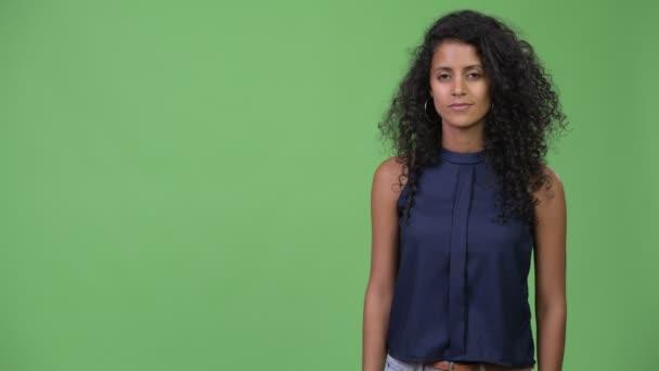 Mladé krásné hispánské podnikatelka něco dávat