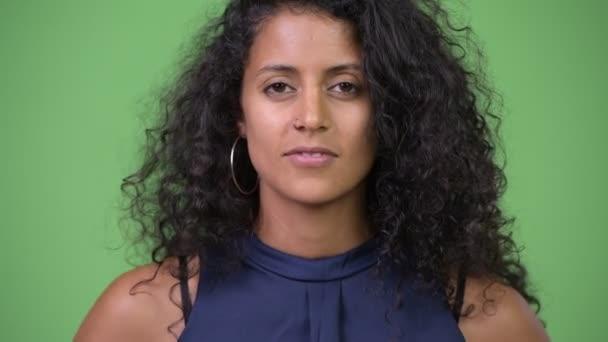 Mladé krásné hispánské podnikatelka s prstem na rtech