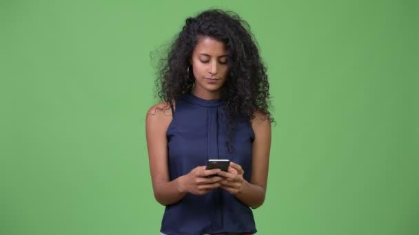 Mladé krásné hispánské podnikatelka pomocí telefonu