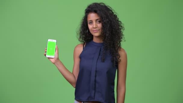 Mladé krásné hispánské podnikatelka zobrazeno telefon