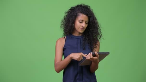 Fiatal gyönyörű spanyol üzletasszony segítségével digitális tabletta
