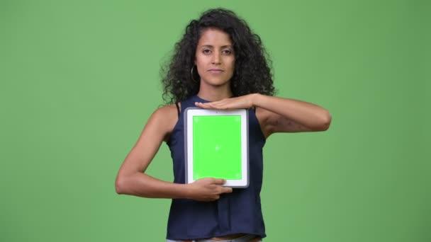Mladé krásné hispánské podnikatelka zobrazeno digitální tablet