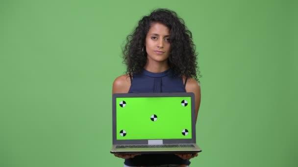 Mladé krásné hispánské podnikatelka ukazující laptop