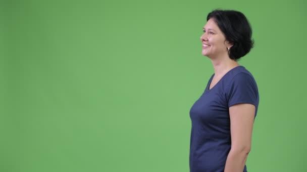 Studio záběr krásná žena s krátkými vlasy proti chroma klíč se zeleným pozadím