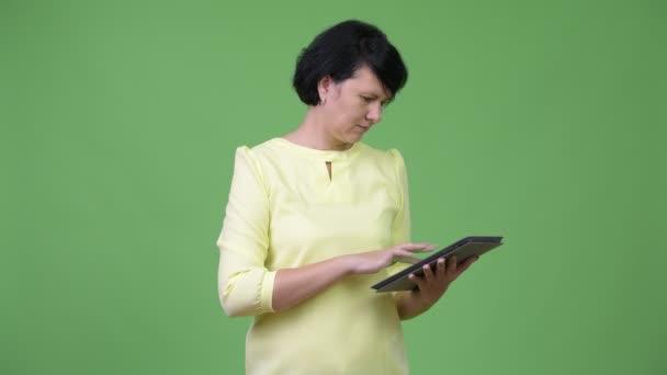 Krásná obchodnice s krátkými vlasy pomocí digitálních tabletu