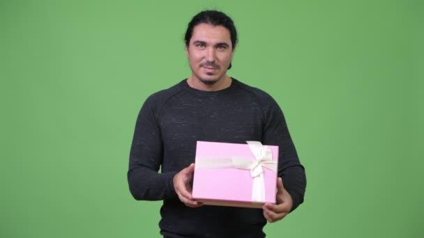 Happy pohledný muž, který držel krabičky