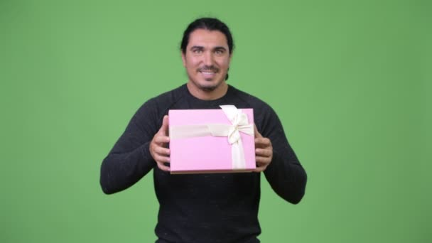 Happy pohledný muž dávat krabičky