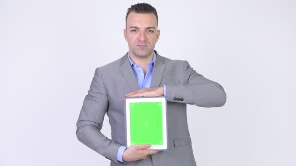 Üzletember bemutató a zöld képernyő tabletta