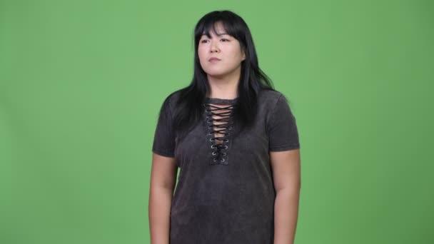 Krásná nadváhu Asijské žena mává rukou