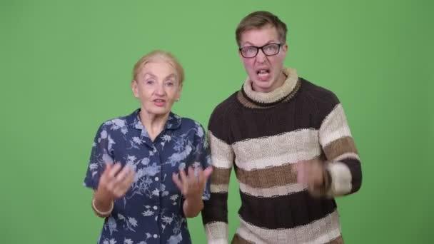 Wütende Großmutter und Enkel reden und gestikulieren in Wut zusammen