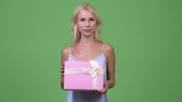 Mladý šťastný krásná obchodnice drží krabičky
