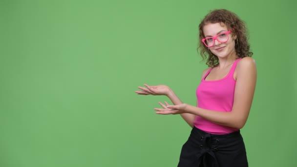 Mladí rádi krásné nerd žena něco dávat