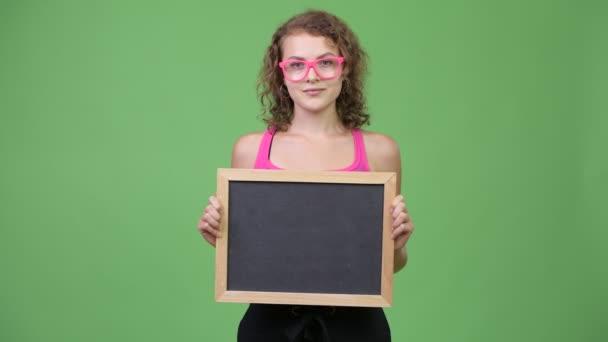 Tábla tartó fiatal boldog szép nerd-női