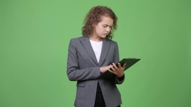 Mladý šťastný krásná obchodnice myslel při čtení schránky