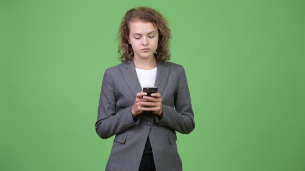 Mladí rádi krásné obchodnice myšlení při používání telefonu