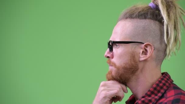 Zobrazení profilu člověka hezký vousatý bokovky s dredy myšlení