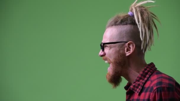 Zobrazení profilu zlobí vousatý bokovky člověka s dredy křičí