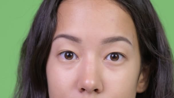 Fiatal gyönyörű többnemzetiségű nő szeme