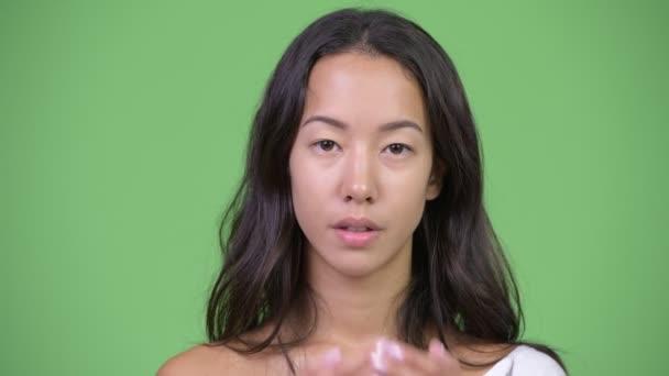 Fiatal gyönyörű többnemzetiségű nő szájában, mint a három bölcs majom koncepció, amely