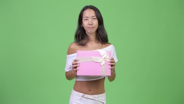 Mladá šťastná krásná multietnické žena myšlení podržíte-dárková krabička