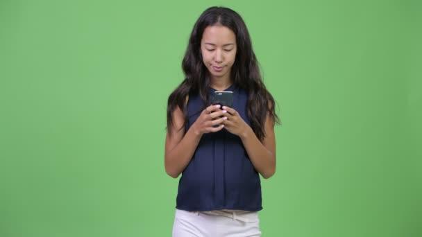 junge glückliche schwangere multiethnische Geschäftsfrau telefoniert