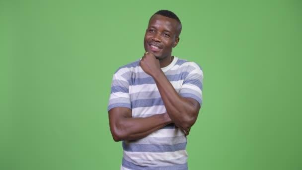 Happy afrického mladíka myšlení při vyhledávání