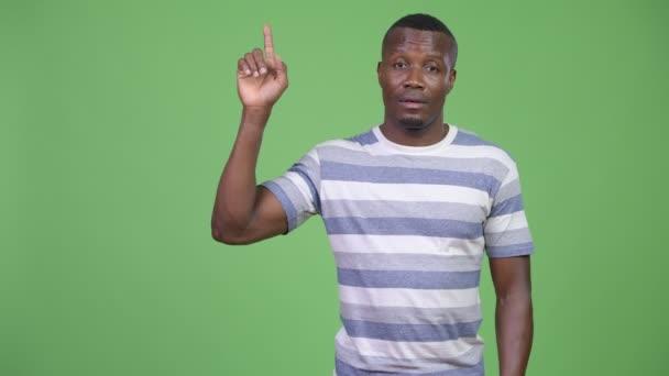 Boldog afrikai fiatalember arra gondolt, miközben felfelé mutató