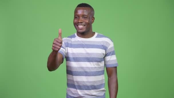 Mladý šťastný africké muž dává palec