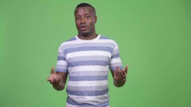 Mladý africký muž představí něco