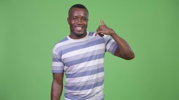 Boldog afrikai fiatalember csinál hív engem gesztus