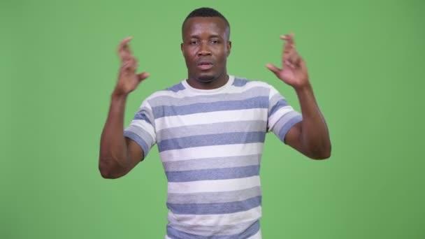 Azzal a kívánsággal, ujjak keresztbe afrikai fiatalember