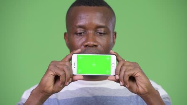 Boldog afrikai fiatalember találat telefon