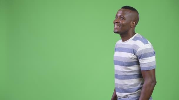 Hossz-szelvény nézet boldog afrikai fiatalember