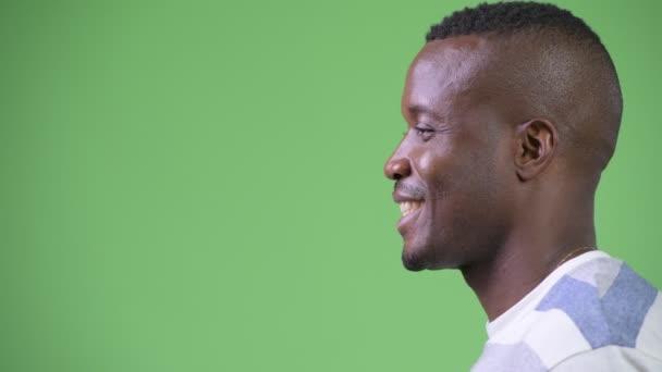 Zobrazení profilu šťastný afrického mladíka do hlavy