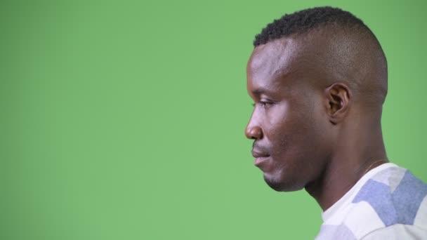 Fej lövés a hossz-szelvény nézet fiatal afrikai férfi gondolkodás
