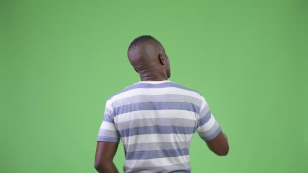 Afrikai fiatalember irányítja és mutató ujját hátsó nézet