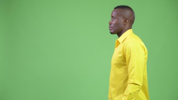 Zobrazení profilu mladé africké podnikatele na sobě žluté tričko