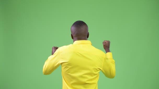 Pohled zezadu na mladé africké podnikatele na sobě žluté tričko hledají vzrušení
