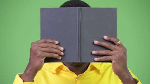 Fiatal afrikai nerd üzletember leleplező könyv mögött