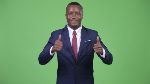 Mladý šťastný africký podnikatel dává palec