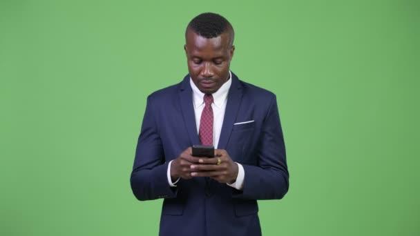 Stúdió lövés a fiatal afrikai üzletember visel öltönyt ellen zöld háttér chroma-kulcs