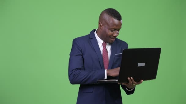 Mladý šťastný africký podnikatel pomocí přenosného počítače