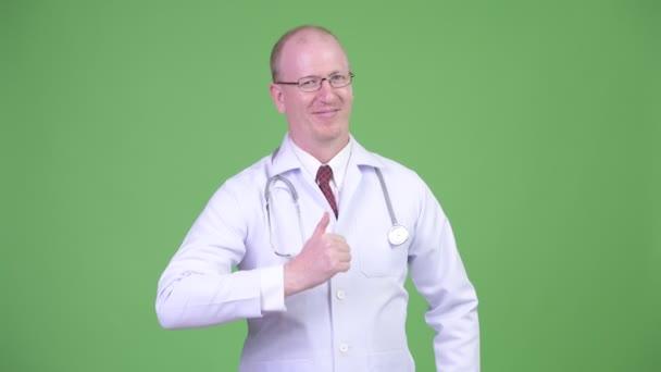 Doktor rád zralé holohlavý muž dává palec