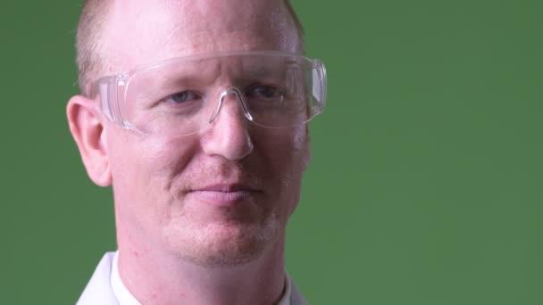 Doktor šťastný starší plešatý muž s ochrannými brýlemi myšlení