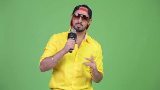 Mladý vousatý indický podnikatel rapu s mikrofonem