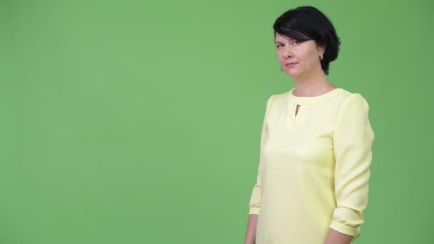 Studio záběr krásná obchodnice s krátkými vlasy proti chroma klíč se zeleným pozadím