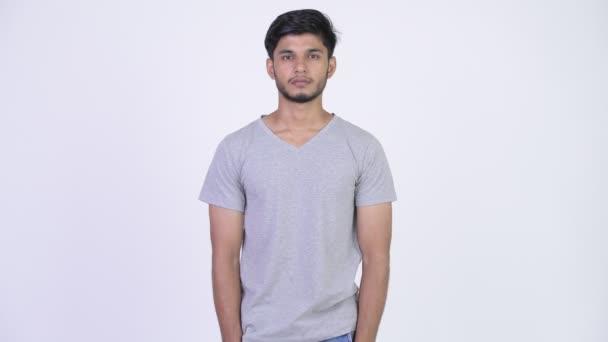 Mladý pohledný vousatých kostým Indián