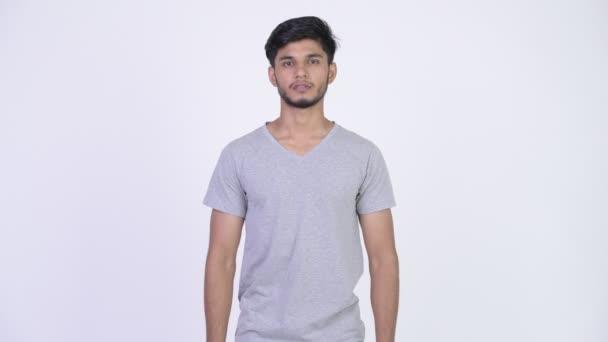 Fiatal jóképű szakállas indiai férfi, keresztbe