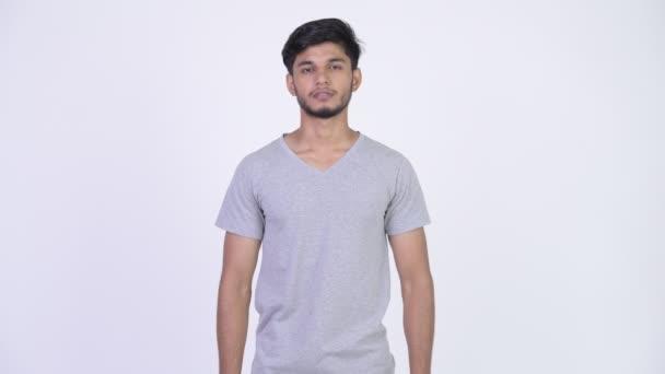 Boldog fiatal szakállas indiai férfi, keresztbe